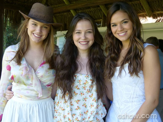 Alice Wegmann, Duda Meneghetti e Bruna Marquezine posam em intervalo das gravações (Foto: Em Família/TV Globo)
