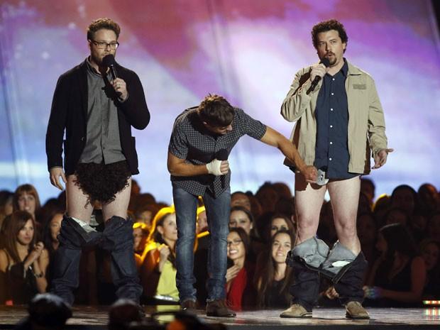 Seth Rogen, Zac Efron e Danny McBride brinca durante o anúncio da categoria melhor perfomance sem camisa no MVT Movie Awards 2013 (Foto: Danny Moloshok/Reuters)