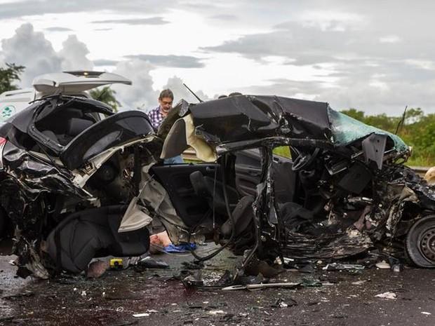 Colisão entre carros deixou cinco mortos em Araraquara (Foto: Deivide Leme/Tribuna Impressa)
