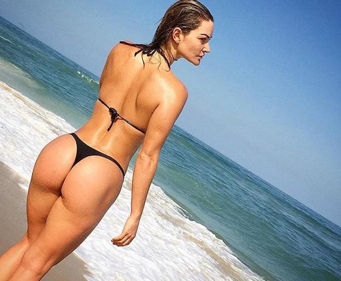 Laura Keller exibe boa forma em clique na praia (Foto: Arquivo Pessoal)