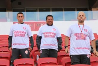 Funcionários vestem camisa em apoio ao time (Foto: Tomás Hammes)