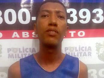 Júlio Cesar dos Santos Silva, conhecido como MC Dentinho, foi preso por porte ilegal de arma. (Foto: PM/Divulgação)