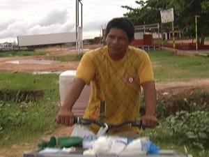 Ciclista Ricleudson Castro passa todos os dias pelo local e teme acidente.  (Foto: Reprodução/TV Tapajós)