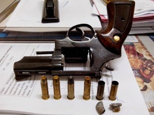 Revólver calibre 38 foi apreendido após troca de tiros com suspeito em Apodi (Foto: Divulgação/Polícia Militar)