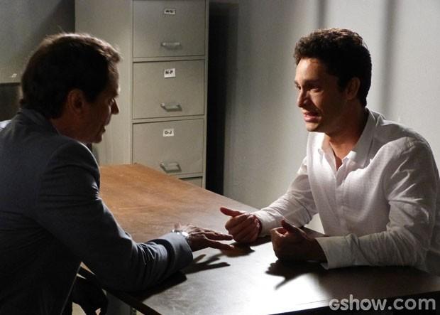 Rafael não gosta de saber que ficará impedido de ver Linda (Foto: Amor à Vida/TV Globo)