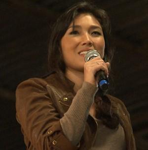 Dani Suzuki deu até aula de japonês no palco de Prudentópolis (Foto: Domingão do Faustão)
