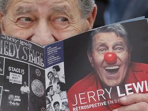 O ator de comédia Jerry Lewis posa com um livreto durante sessão de fotos para divulgação do filme 'Max Rose' no Festival de Cannes, na França. (Foto: Regis Duvignau/Reuters)