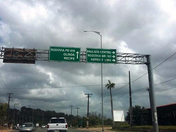 Rodovia PE-22, em Paulista, continua sem sinalização relativa à norma dos farois acesos (Foto: Penélope Araújo/G1)