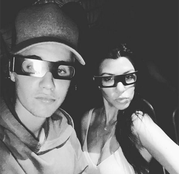 Justin Bieber e Kourtney Kardashian no cinema (Foto: Reprodução Instagram)