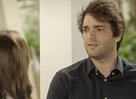 Tiago vai atrás de Marina e Letícia flagra