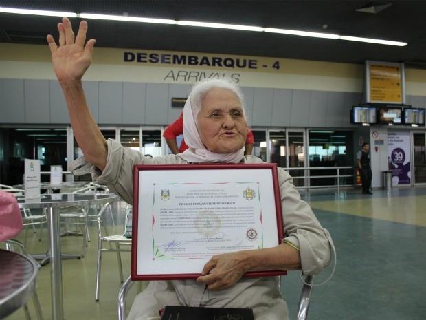 Isaura mostra o certificado de reconhecimento público que recebeu dos Bombeiros do Rio Grande do Sul (Foto: Girlene Medeiros / Do G1 AM)