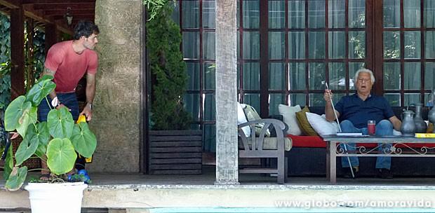 Ninho debocha de César ao vê-lo sozinho na varanda (Foto: Amor à Vida/TV Globo)
