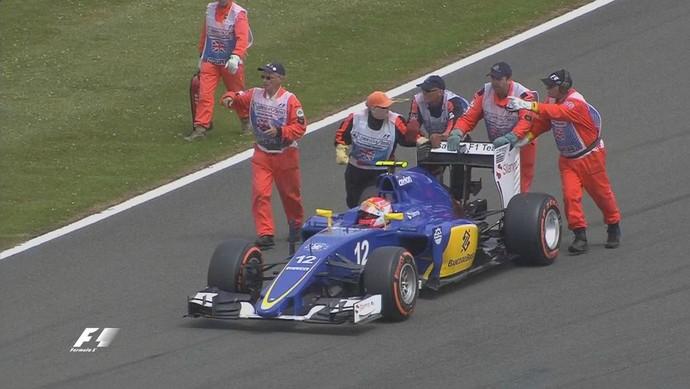 Felipe Nasr fica parado na pista após problemas com câmbio da Sauber, antes da largada do GP da Inglaterra (Foto: Divulgação)