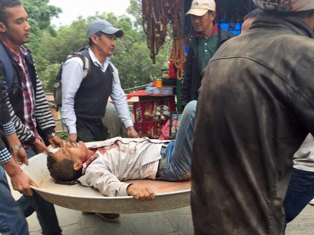 Feridos foram socorridos pela população no Nepal (Foto: Marcelo Gama / Acervo pessoal)