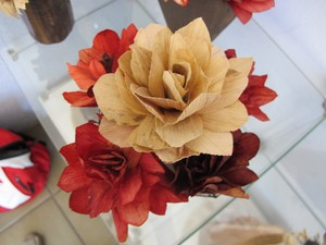 Vasos com flores que são tingidas outras ficam com a cor natural da fibra da bananeira (Foto: Mariane Rossi/G1)