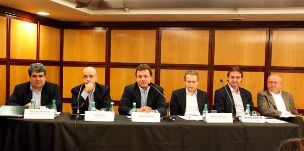 Executivos da Marfrig e da JBS durante coletiva de imprensa onde foi confirmada a compra da Seara (Foto: Agência OGlobo)