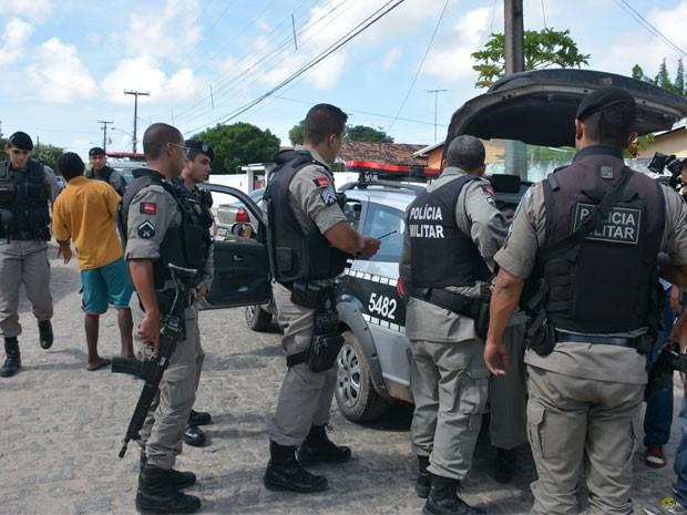 Dois homens foram presos após realizar assalto no bairro do José Américo em João Pesso (Foto: Walter Paparazzo/G1)