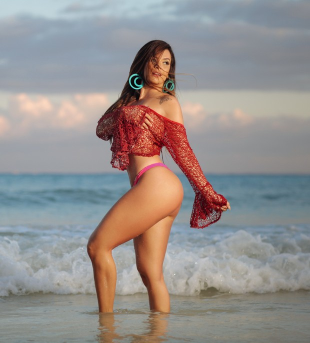 Denise Dias exibe curvas perfeitas durante ensaio em praia de Cancun, no México (Foto: Valentin Osvaldo Villanueva/R2assessoria)