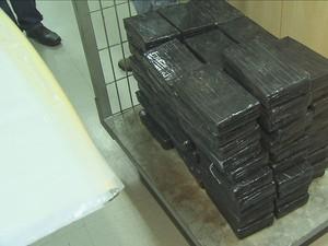 Droga foi encontrada dentro de dois carros (Foto: Reprodução/TV Tribuna)
