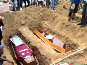 Caixões de Victor Hugo e Josias sendo enterrados (Foto: Renata Soares/G1)