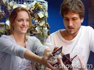 Marcelo faz a vontade na ruiva e compra os 'aperitivos' na pet shop (Foto: Além do Horizonte/TV Globo)