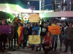 Estudantes se reuniram em frente à igreja em Vila Velha (Foto: Arquivo Pessoal/ Leonardo Gonçalves)