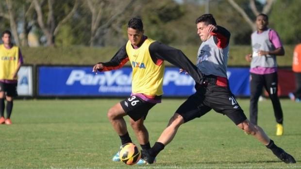 Atacante Dellatorre e zagueiro Dráusio disputam bola no treino do Atlético-PR (Foto: Site oficial do Atlético-PR/Bruno Baggio)