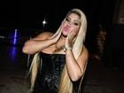 Mulher Filé usa figurino justo e exibe curvas durante show em São Paulo