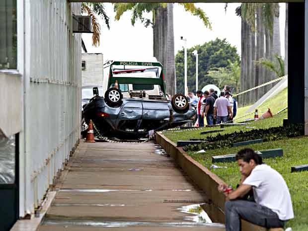 Carro capotado no fosso do Congresso Nacional, em Brasília, é guinchado  (Foto: Beto Nociti/Futura Press/Estadão Conteúdo)