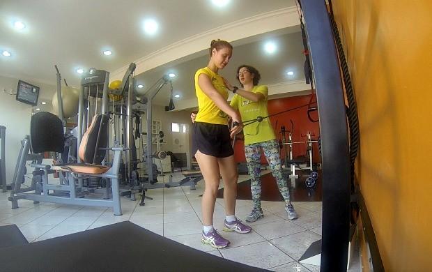 Karina Quadros faz exercícios para fortalecer os braços (Foto: Bom Dia Amazônia)