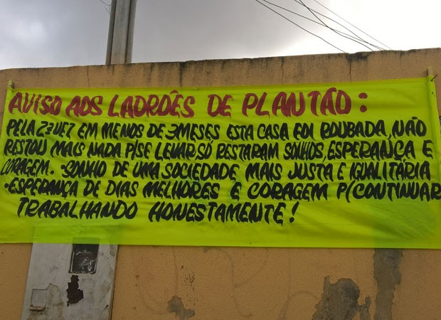 Bombeiro hidráulico desabafa em faixa após ter casa furtada duas vezes em menos de três meses (Foto: Emanoel Costa/Arquivo Pessoal)