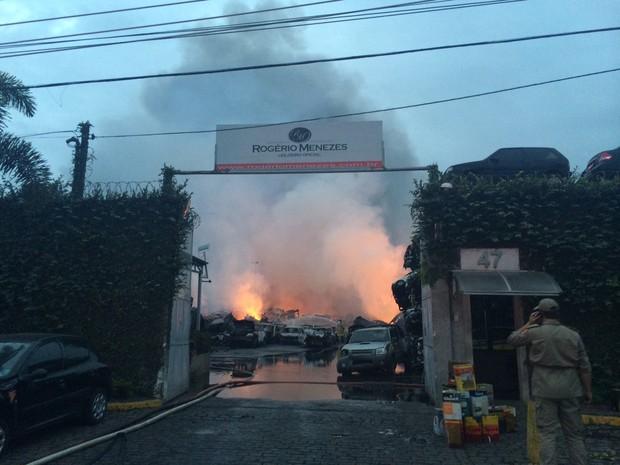 Entrada do depósito do leiloeiro Rogério Menezes, ainda sob chamas (Foto: Lívia Torres / G1)