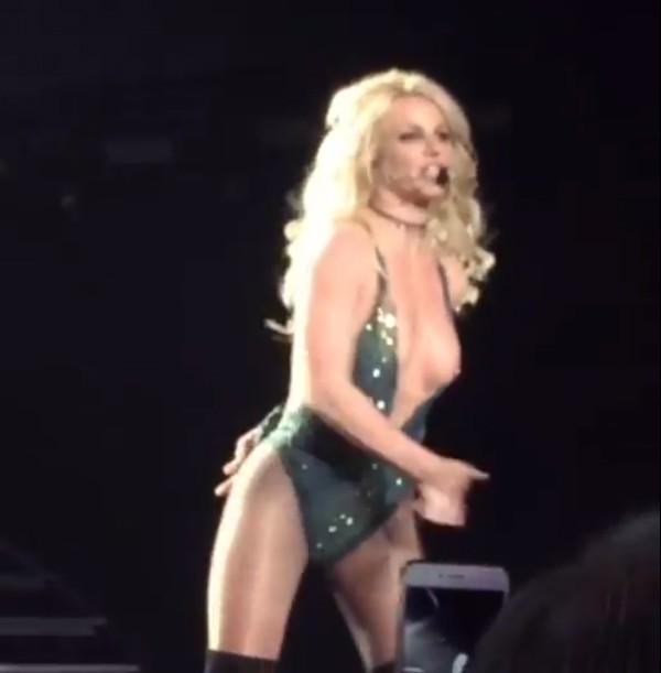 A cantora Britney Spears com o seio à mostra (Foto: Twitter)