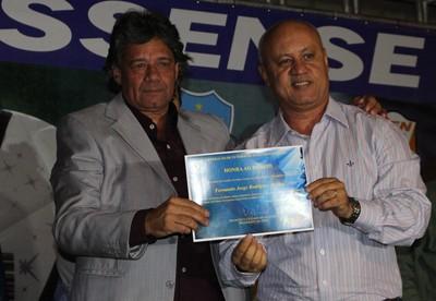 Presidente do Comercial-MS, Fernando Doldan, recebe homenagem do secretário Carlos Alberto de Assis (Foto: Hélder Rafael)