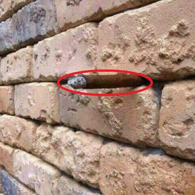 Há um cigarro pendurado entre os tijolos. Conseguiu ver? (Foto: Reprodução)