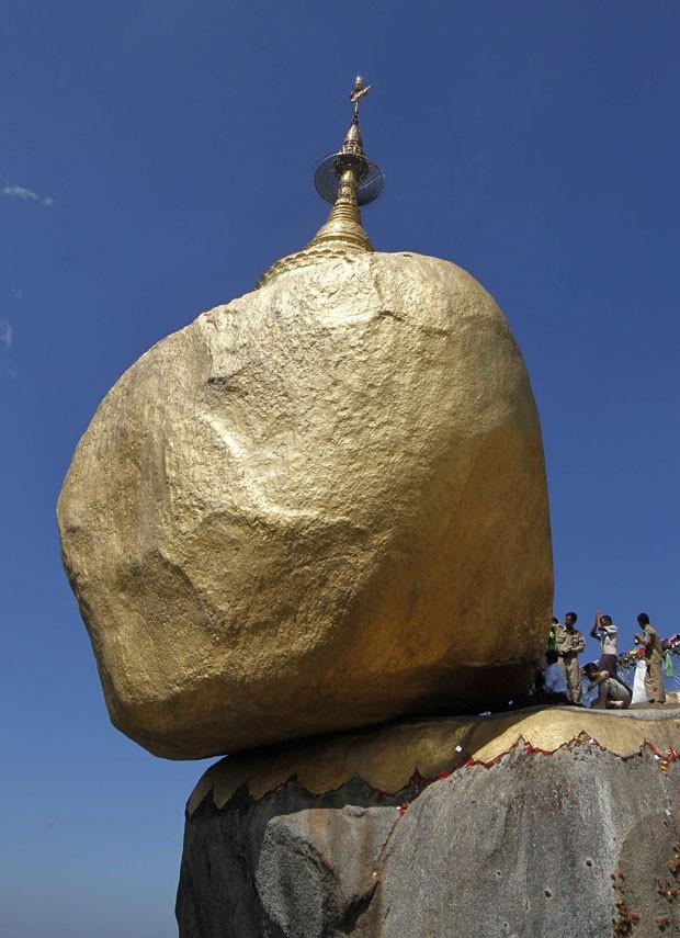 O templo fica em cima de uma pedra que parece que vai rolar a qualquer momento (Foto: Soe Zeya Tun/Reuters)
