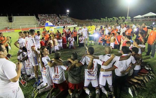 Jogadores do Potiguar de Mossoró fazem oração após título (Foto: Canindé Soares)