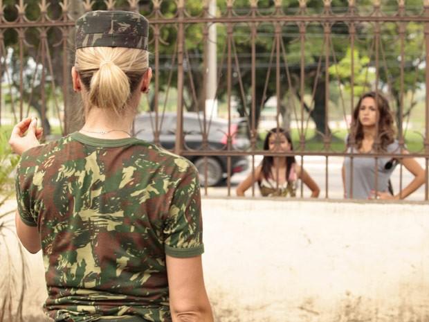 Érica não perde a oportunidade de encarar a rival de perto (Foto: Salve Jorge/TV Globo)