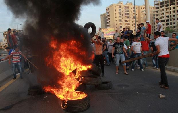 Moradores bloqueiam rua na entrada de um bairro no sul de Beirute (Foto: Anwar Amro/AFP)