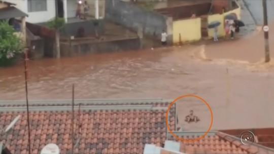 Homem é flagrado com boia em enxurrada durante temporal; vídeo