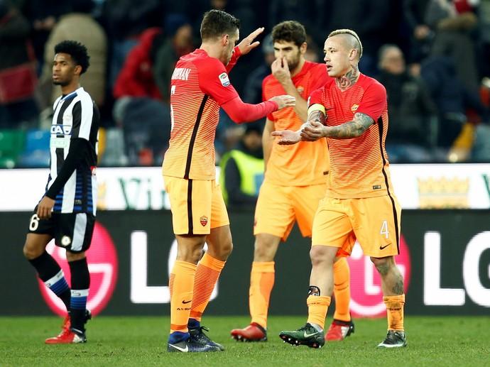 Nainggolan e Strootman, Udinese x Roma (Foto: REUTERS/Alessandro Garofalo)