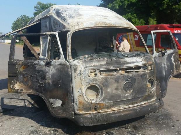 Condutor passava próximo ao galpão dos botos quando percebeu as chamas (Foto: Divulgação/Corpo de Bombeiros)