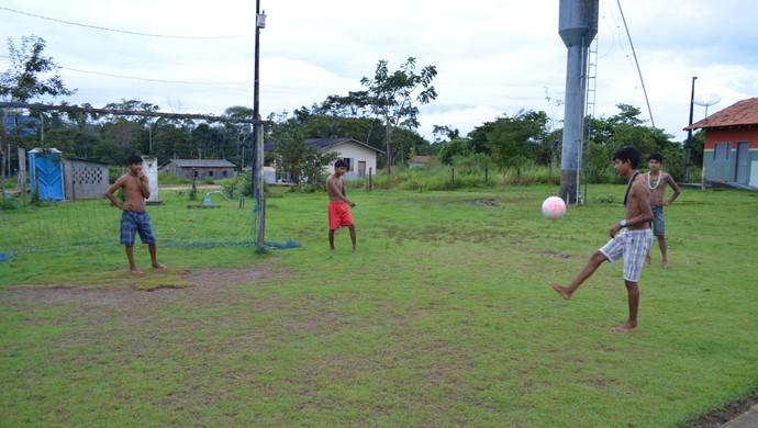 Trave improvisada no gramado da escola é a alternativa para os jovens Samurano e Ezequiel (Foto: Rogério Aderbal)
