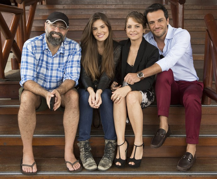 Camila Queiroz, Drica Moraes e Rodrigo Lombardi com o diretor (Foto: Felipe Monteiro / Gshow)