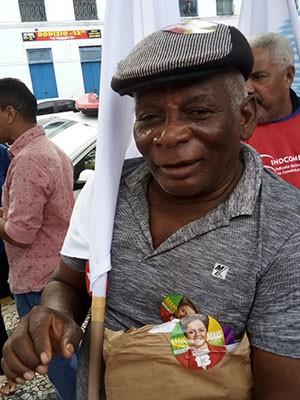 Funcionário público, Raimundo Mota, 71, participa do ato pró-Dilma em São Luís (Foto: Danilo Quixaba/Mirante AM)