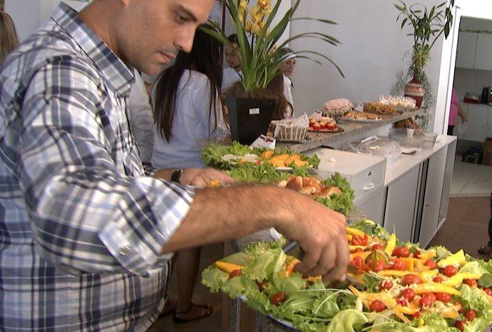Jovens da cidade sugerem o prato e ainda passam a comercializá-lo  (Foto: Reprodução / TV TEM)