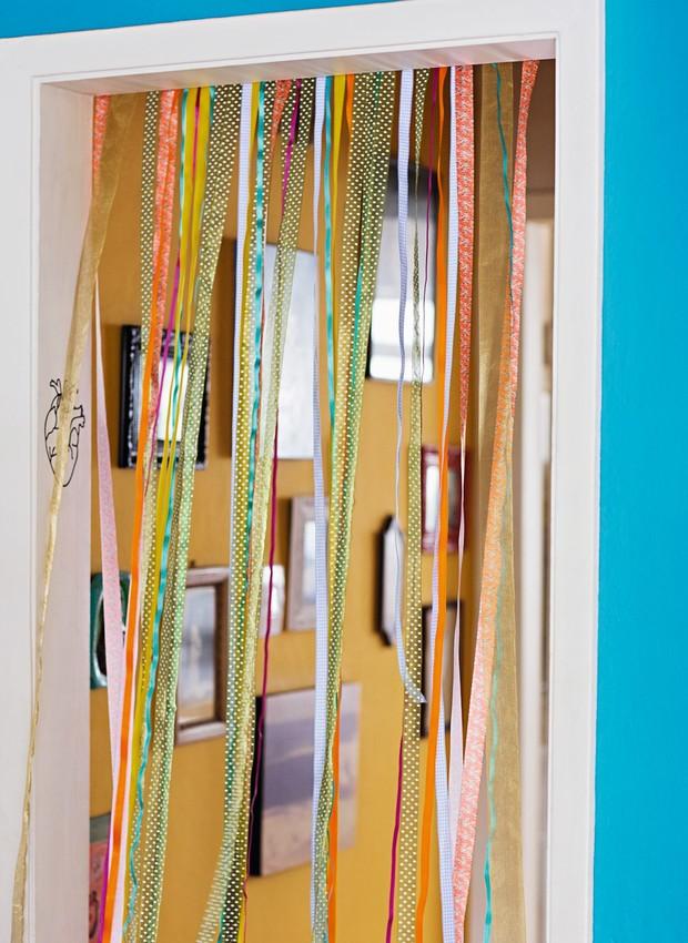 Versão cheia de cor e leveza das velhas cortinas de porta, com fitas Armarinhos Fernando e IM Streck (Foto: Elisa Correa / Editora Globo)