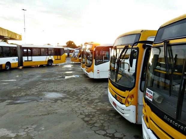 Paralisação de ônubus prejudica passageiros em Manaus nesta terça (Foto: Adneison Severiano/G1 AM)