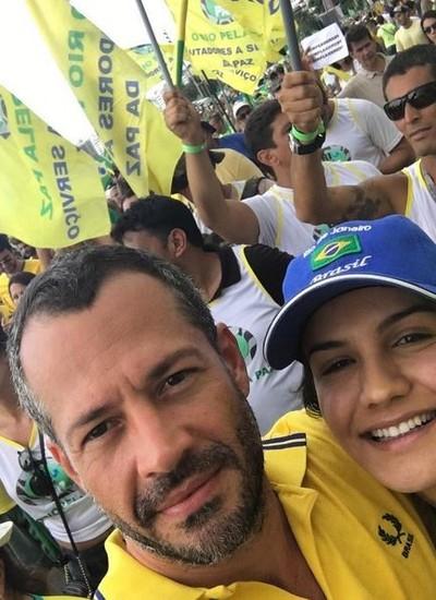 Malvino Salvador e a mulher posam na praia de Copacabana (Foto: Reprodução Instagram)