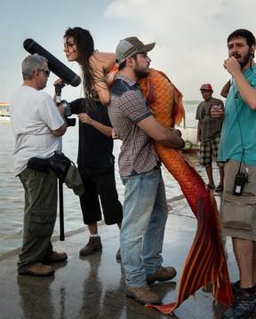Isis Valverde e Marco Pigossi nos bastidores da novela A Força do Querer no Pará (Foto: Globo / Estevam Avellar)